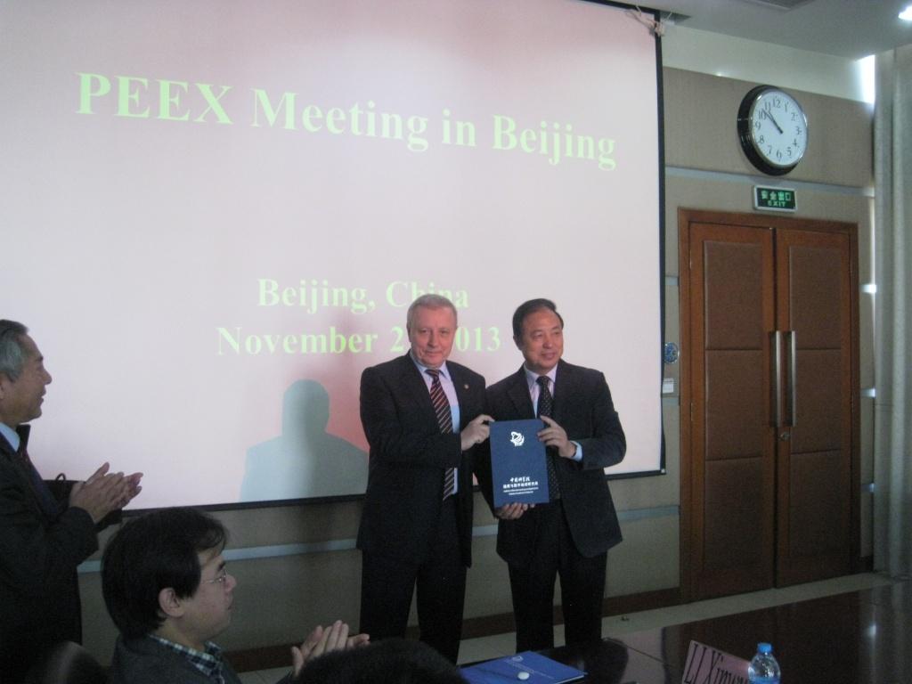 Академик АН Китая ГУО ХУАДОНГ вручает академику БОНДУРУ В.Г. диплом члена Международного экспертного совета